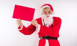 Santa Claus com um sinal em um fundo branco O conceito dos discontos e das vendas para o Natal Espaço vazio para o texto fotografia de stock