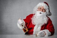 Santa Claus com uma garrafa do uísque fotos de stock