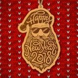 Santa Claus com vidros e a barba grande com o ano novo feliz 2018 da tipografia no vermelho fizeram malha o fundo De madeira Fotos de Stock Royalty Free