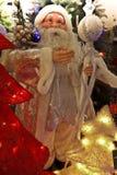Santa Claus con el palillo y el bolso con los regalos que miran para arriba Fotografía de archivo