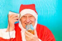 Santa Claus con el teléfono de la lata imágenes de archivo libres de regalías