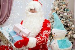 Santa Claus con i regali del nuovo anno in mani Immagine Stock Libera da Diritti