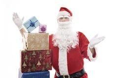 Santa Claus con i regali di Natale impilati fotografia stock libera da diritti