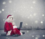 Santa Claus con il computer portatile Immagini Stock Libere da Diritti