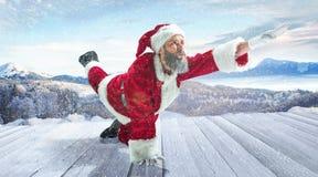 Santa Claus con il costume bianco rosso tradizionale davanti a panorama bianco del paesaggio di inverno della neve immagini stock