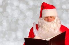 Santa Claus con il libro impertinente e Nizza con lo spazio della copia fotografia stock libera da diritti