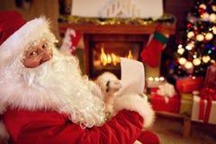 Santa Claus con la lettera di Natale Fotografia Stock Libera da Diritti
