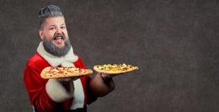 Santa Claus con la pizza en manos Fotos de archivo