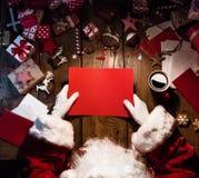 Santa Claus con la tarjeta roja Fotos de archivo libres de regalías