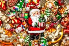 Santa Claus con le bagattelle delle decorazioni dell'albero di Natale, giocattoli ed o Fotografia Stock