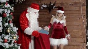 Santa Claus con mi sobrina para preparar el bolso con los regalos para los niños que escuchan almacen de video