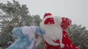 Santa Claus con su doncella de la nieve de la nieta se divierte y baila en un día de invierno Un tiroteo más rápido metrajes