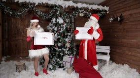 Santa Claus con su nieta, anuncia la última oportunidad del 70% Atmósfera de Navidad La Navidad y Feliz Año Nuevo almacen de metraje de vídeo