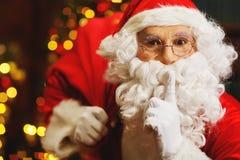 Santa Claus con un bolso de regalos en el árbol de navidad Imagenes de archivo