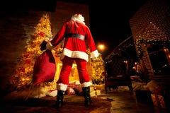 Santa Claus con un bolso por la chimenea el día de la Navidad back Fotos de archivo