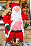 Santa Claus con una barba blanca en una capa roja Imagen de archivo libre de regalías