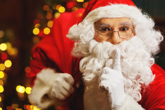 Santa Claus con una borsa dei regali all'albero di Natale Immagini Stock