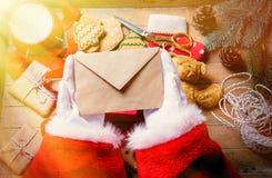 Santa Claus consiguió una letra de la Navidad Imágenes de archivo libres de regalías