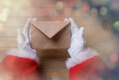 Santa Claus consiguió una letra de la Navidad Foto de archivo libre de regalías