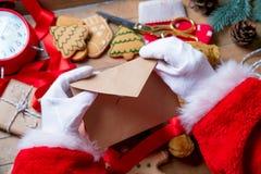 Santa Claus consiguió una letra de la Navidad Imagenes de archivo