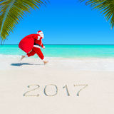 Santa Claus corre em Palm Beach 2017 com saco do Natal Fotos de Stock