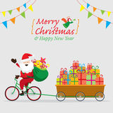 Santa Claus Cycling Bicycles mit Geschenkboxen im Warenkorb Stockfotografie