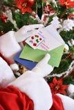 Santa Claus czytelniczy listy od dzieci przed bożymi narodzeniami zdjęcia royalty free