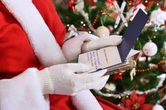 Santa Claus czytelniczy listy od dzieci przed bożymi narodzeniami zdjęcie royalty free