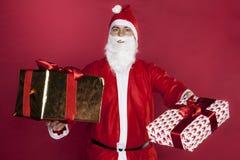 Santa Claus dà i regali ai left and right fotografia stock libera da diritti