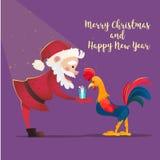 Santa Claus dà il gallo dei presente Illustrazione di vettore di natale Il simbolo del nuovo anno 2017 Personaggi dei cartoni ani Immagine Stock