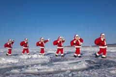 Santa Claus dans le terrain couvert de neige Image libre de droits