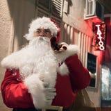 Santa Claus dans les lampes au néon de tatouage de nuit Photos stock