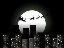 Santa Claus dans un traîneau dans un traîneau de renne volant au-dessus de la ville Santa Claus dans un traîneau sur un fond de l Photos stock
