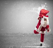 Santa Claus de corrida com presentes mágicos Fotografia de Stock Royalty Free