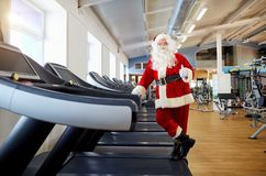 Santa Claus in de gymnastiek die oefeningen doen royalty-vrije stock fotografie