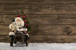 Santa Claus: Decoración de la Navidad del vintage en backgr marrón de madera Fotografía de archivo