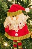 Santa Claus decorativa en el primer del árbol de navidad Foto de archivo
