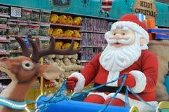 Santa Claus-Dekorationen an einem Abteilungsspeicher Stockbild