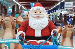 Santa Claus-Dekorationen an einem Abteilungsspeicher Stockbilder
