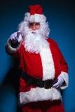 Santa Claus, die auf die Kamera zeigt Lizenzfreie Stockfotografie
