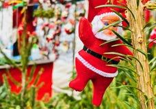 Santa Claus, die am Baum hängt lizenzfreies stockfoto