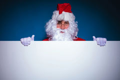 Santa Claus die een lege raad houden Stock Foto