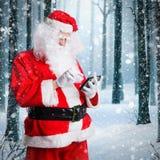 Santa Claus die een tablet bekijken stock fotografie
