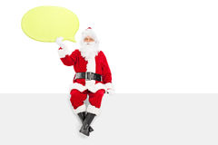 Santa Claus, die eine große gelbe Spracheblase hält Lizenzfreie Stockfotos