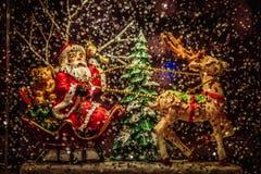 Santa Claus, die eine Rotwild Weihnachtsdekoration reitet stockbild