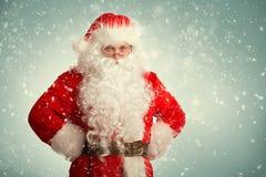 Santa Claus, die in einem Schnee steht Lizenzfreies Stockbild