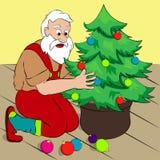 Santa Claus, die einen Weihnachtsbaum in seinem Haus verziert Einfache Karikaturart, Vektorillustration Stockbild