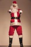 Santa Claus die en zich op de camera bevinden richten Stock Foto
