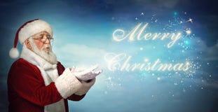 Santa Claus, die frohe Weihnachten vom Schnee durchbrennt Lizenzfreies Stockfoto