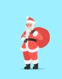 Santa Claus die grote zak op zijn schouder dragen Leuk Kerstmiskarakter Stock Foto's